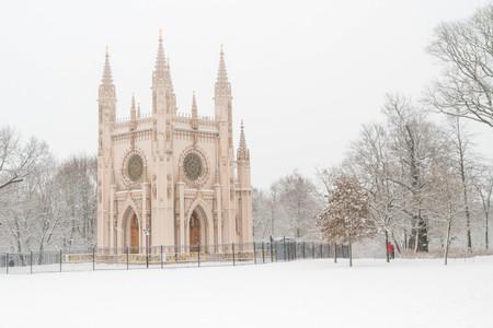 Le parc d'Alexandrie de Petergof, Saint-Pétersbourg, Russie. 15 janvier 2017. Église St. Alexander Nevsky dans le parc de Peterhof en hiver.