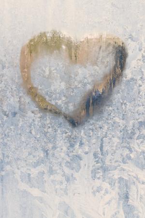 Coeur sur un hiver glacial dans les motifs congelés de la fenêtre de glace Banque d'images - 96193938
