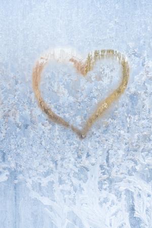 Coeur sur un hiver glacial dans les motifs congelés de la fenêtre de glace Banque d'images - 96193980