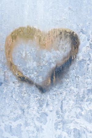 Coeur sur un hiver glacial dans les motifs congelés de la fenêtre de glace Banque d'images - 96193985