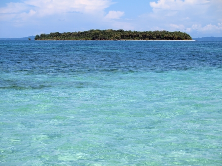 unspoiled: Unspoiled isla del Caribe con aguas de color turquesa Foto de archivo