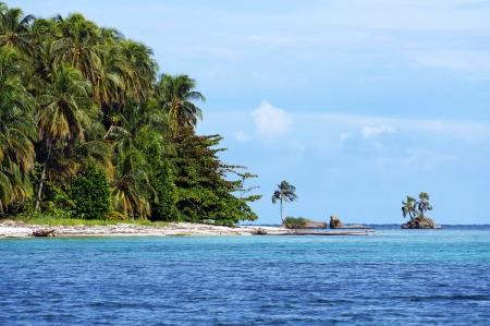 Beach with beautiful vegetation in Zapatillas Keys, two islands located  in the Bocas del Toro archipelago, Caribbean sea, Panama Stock Photo - 16431772