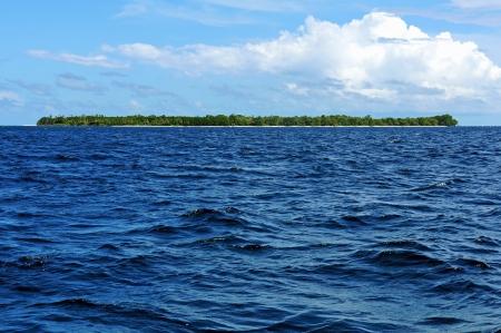 unspoiled: Isla tropical virgen con una vegetaci�n exuberante en el horizonte, Bocas del Toro Foto de archivo