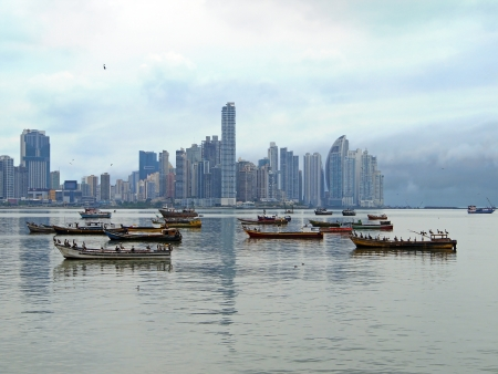 panama city beach: Barche da pesca ancorate e grattacieli in background, Panama City, Panama, America Centrale