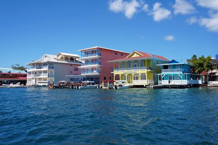 コロン島、ボカスデルトロ、パナマでボートが付いている水の上のカラフルなカリブ海建物ドックします。