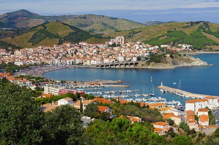 フランス、地中海、ルシヨン、オリアンタル ピレネー山脈、朱色の海岸、フランスの南の沿岸のバニュルス ・ シュル ・ メールの町の空撮