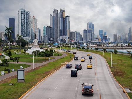 曇り空、パナマ、中央アメリカのパナマ市のビジネス センターの高速道路および高層ビル建物