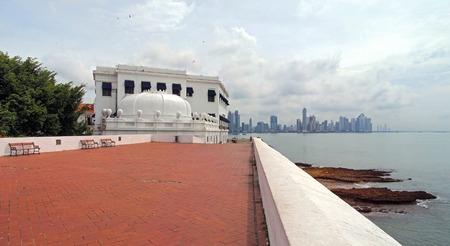 panama city beach: Edificio a forma di corona sopra la Plaza de Francia, Casco Viejo, Panama City