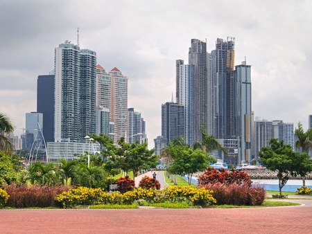 Wolkenkrabbers en bloemen in Panama City, Panama, Midden-Amerika