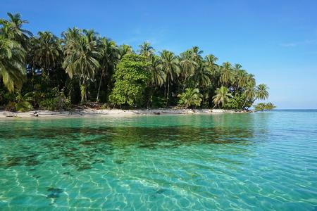 Ongerepte Caribische eiland met weelderige vegetatie in het mariene park van Bastimentos, Cayos Zapatilla, Bocas del Toro, Panama Stockfoto