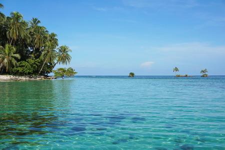 靴の島の海洋公園の Bastimentos、ボカス デル トーロの多島海、カリブ海、パナマに位置する小さな島を閉じる