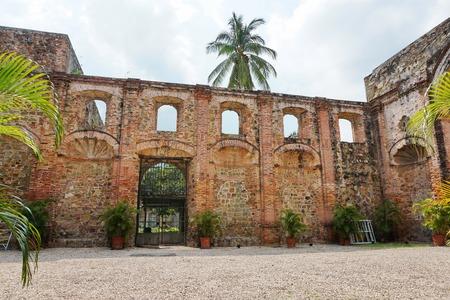 the church: Ruina de la iglesia de la Compañía de Jesús en el Casco Antiguo, el distrito histórico de la Ciudad de Panamá, Panamá, América Central Foto de archivo