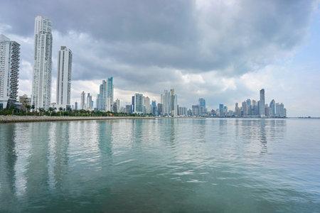 パナマ シティの高層ビルと曇り空、パナマでは、中央アメリカの太平洋の海岸線 報道画像