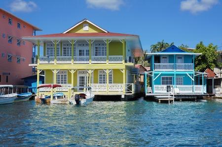casa colonial: casas coloniales del Caribe típicas sobre el agua con los barcos en el muelle, Panamá, América Central
