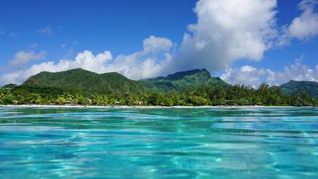 Paysage côtier près du village de Fare de l'île de Huahine, vu de la surface de l'eau dans le lagon, l'océan Pacifique, Polynésie française Banque d'images