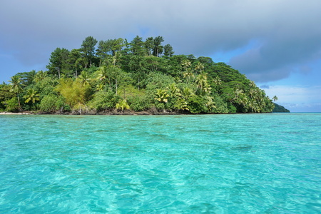 motu: Green islet with turquoise water, motu Vaiorea, Bourayne bay, Huahine island, Pacific ocean, French Polynesia