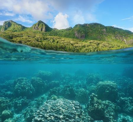 Boven en onder het wateroppervlak met weelderige kust en koraalrif onderwater split door waterlijn, Huahine eiland, Maroe baai, de Stille Oceaan, Frans-Polynesië Stockfoto