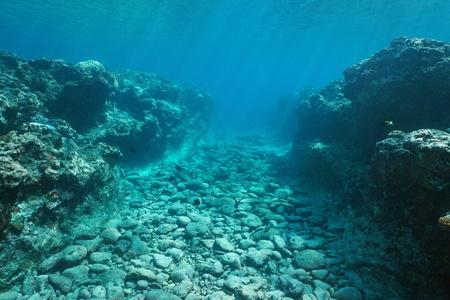 Onderwater landschap, zeebodem gebeeldhouwd door deining in het rif, Huahine eiland, Stille Oceaan, Frans-Polynesië