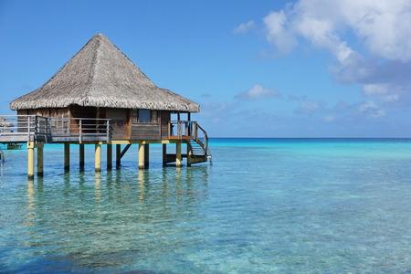 hospedaje: Agua bungalow con techo de paja en la laguna de Rangiroa, el océano Pacífico sur, Tuamotu, Polinesia Francesa