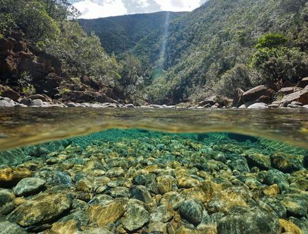 Fluss oberhalb und unterhalb der Wasseroberfläche mit Steinen auf dem Flussbett unter Wasser, Dumbea Fluß, Neukaledonien