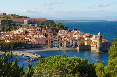 コリウール、フランス、地中海、ラングドック ・ ルシヨン地域圏、ピレネー山脈オリアンタルの南の海岸沿い村