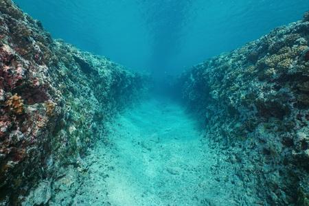 Trinchera bajo el agua natural tallada en el fondo del océano en el arrecife exterior de la isla de Huahine, Océano Pacífico, Polinesia Francesa