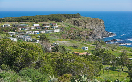 vermilion coast: Coastal landscape a campsite with mobile homes and caravans on a rocky shore of the Mediterranean sea, Pyrenees Orientales, south of France, Roussillon, Vermilion coast, Terrimbo