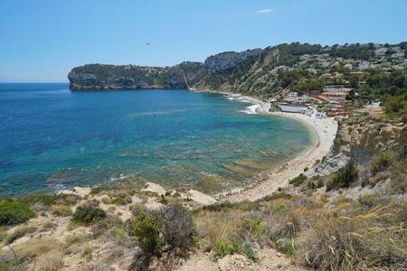 Il paesaggio costiero spiaggia e costa rocciosa a Javea, Cala Portitxol, mare Mediterraneo, Costa Blanca, Alicante, Valencia, Spagna