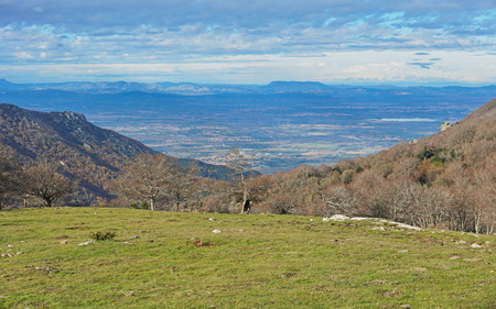 France view over the Roussillon plain from the Albera mountain range, Pyrenees Orientales Banque d'images - 117727729