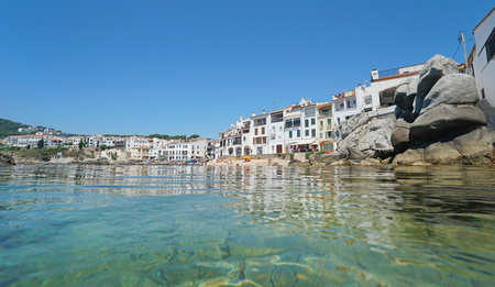 Spain Calella de Palafrugell coastal town, Mediterranean sea, seen from water surface, Catalonia, Costa Brava Banque d'images - 117728028