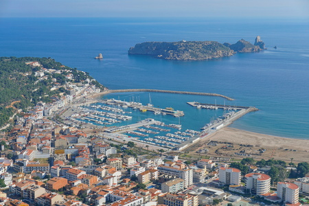 Spain aerial view of l'Estartit town and harbor on the Costa Brava with the Medes islands marine reserve, Mediterranean sea, Catalonia Banque d'images - 117728037