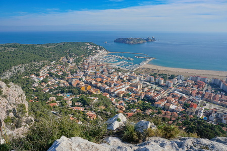 Spain view over the coastal town of l'Estartit with the Medes islands marine reserve, Costa Brava, Mediterranean sea, Catalonia Banque d'images - 117728039