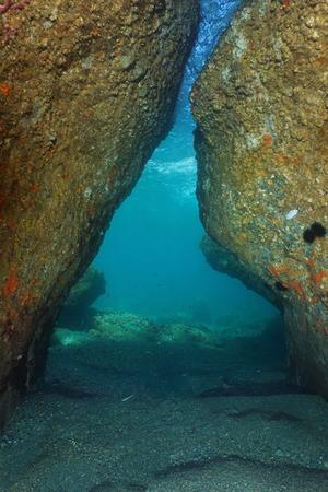 Eine Passage unter Felsen unter Wasser im Mittelmeer, natürliche Szene, Frankreich