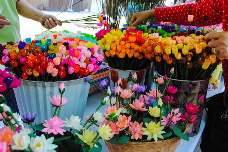 mouth cloth: The invention of paper flowers at home