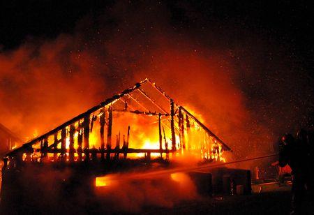 incendio casa: Bomberos dirigen el flujo de agua en la quema de la casa  Foto de archivo
