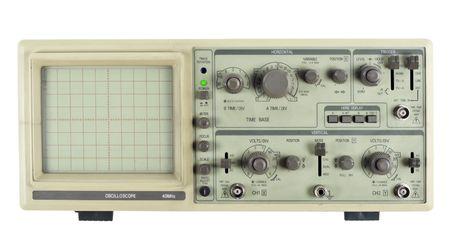 oscilloscope: Il vecchio analogico oscilloscopio-dispositivo di misurazione. Isolato su bianco, con patch set e schermo. Produzione di massa.  Archivio Fotografico