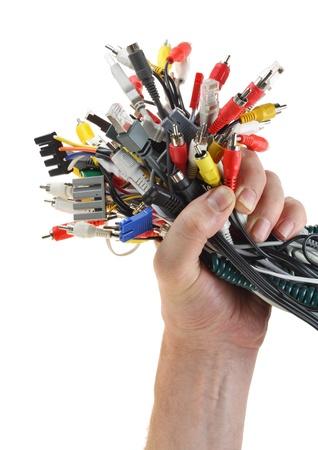 cable red: Mano contiene el conjunto de cables con conectores digitales aislados en blanco Foto de archivo