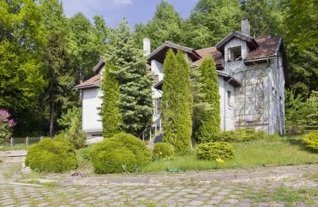 아무 명: 숲 숲에서 버려진 미완성에 이름 양산 집 없음 (빌라). 선택적 포커스