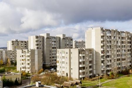akademik: Spanie w pokojach wieloosobowych stare aglomerację masy budynku w stylu z okresu sowieckiego. Słoneczny dzień jesieni