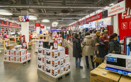 Vilnius, Litauen - 13. Dezember 2014: Elektromarkt für Unterhaltungselektronik in weihnachten Panorama Hypermarkt. Ist der größte Anbieter von Ausrüstung wurde 1994 gegründet