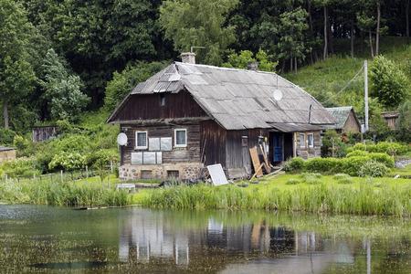 warden: La casa podrida de los alcaide forestales en la orilla del lago del bosque landcape