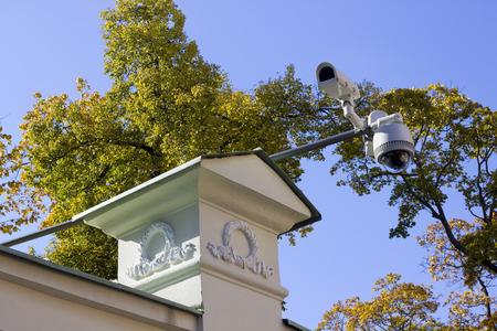 supervision: Cámaras profesionales de vídeo de la supervisión externa de la calle contra el cielo Foto de archivo