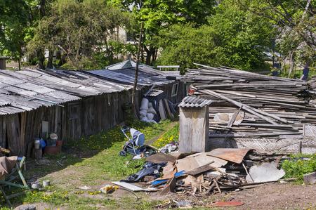 emigranti: Bassifondi europea moderna. Spazzatura e sporcizia in un luogo di sistemazione compatta di emigranti dall'Europa orientale, l'Ucraina e l'Africa