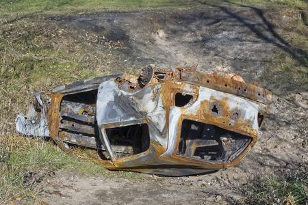 quemado: El coche quemado convertido robado en una zanja después de accidente accidente Foto de archivo