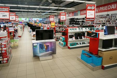 VILNIUS, LITAUEN - 27. APRIL: 2016: Elektromarkt Unterhaltungselektronik im Nordika Hypermarkt. Rabatte und Prämien werden angeboten. Elektromarkt Ist der größte Verkäufer von Geräten wurde 1994 gegründet