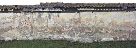 maldestro: Il goffo brutto mattone recinzione frammento distrutto - rovine del l'inizio del 20 ° secolo. Isolato collage da diverse foto Archivio Fotografico