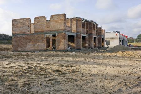 suelo arenoso: rojo y blanco de la construcci�n de ladrillo r�stico casas de estilo en el paisaje suelo arenoso