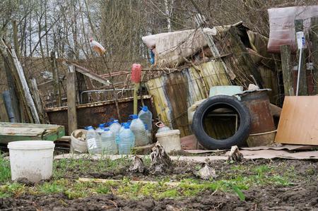emigranti: Gli emigranti baraccopoli e capannoni nella urbano zona residenziale della città. In qualsiasi paese europeo emigrati non vogliono osservare le leggi universali
