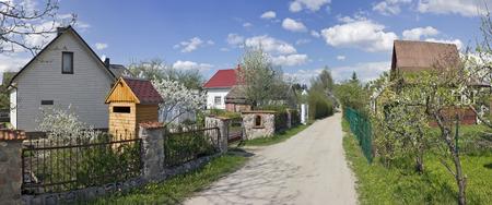 arboles frutales: Tiempo de resorte de los árboles frutales en flor en asociación jardín público Kalorija cerca del pueblo de Rastenenai. Día soleado de mayo