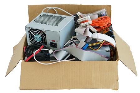 Karton mit dem alten gebrauchten Computer Sachen Abfall und Müll. Isoliert mit Patch